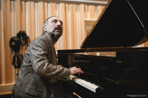 Intervista a Stefano Bollani che in piano solo ha inciso le musiche di Jesus Christ Superstar in «Piano Variations On Jesus Christ Superstar»