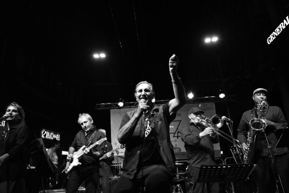 Andrea Mingardi in concerto (foto di Euriolo Puglisi)