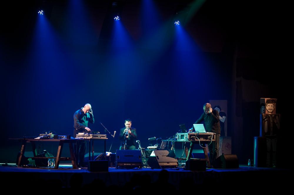 Da sinistra, Jan Bang, Arve Henriksen ed Erik Honoré sul palco di Foligno nel maggio 2013.