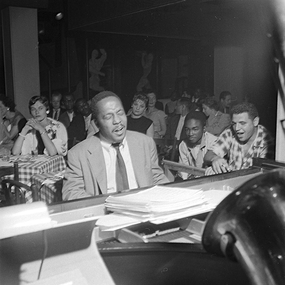 Bud Powell nel 1957 durante un ingaggio al Birdland, il locale gestito dal suo manager Oscar Goodstein. La foto è opera di Francis Wolff della Blue Note.