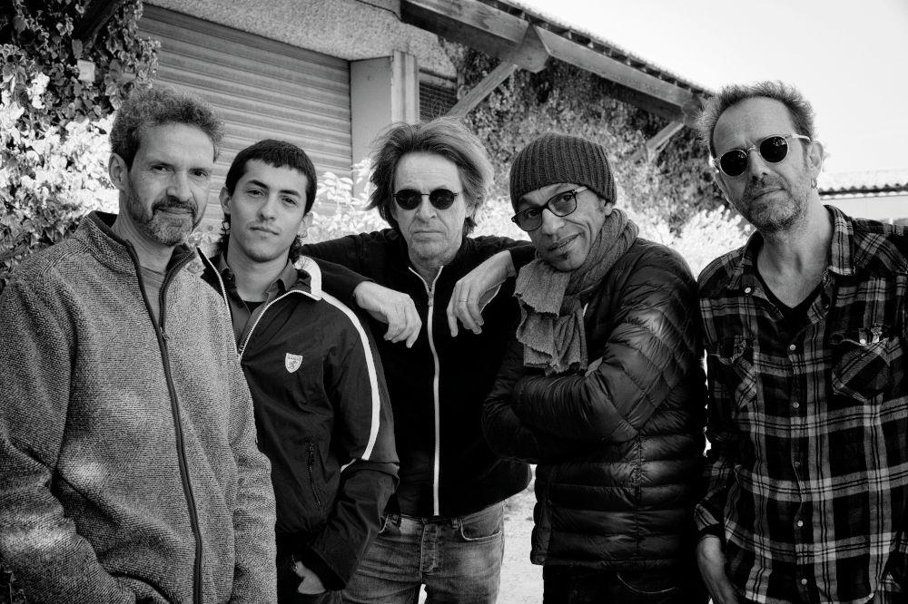 Il gruppo di Dominic Miller (al centro), con Mike Lindup, Santiago Arias, Manu Katché   e Nicolas Fiszman.