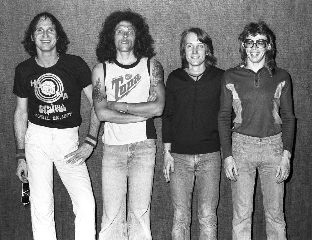 Gli Hot Tuna backstage al club Old Waldorf di San Francisco, nel maggio del 1977. Assieme a Casady e Jorma Kaukonen, il batterista Bob Steeler e il tastierista Nick Buck. (foto di Ed Perlstein)