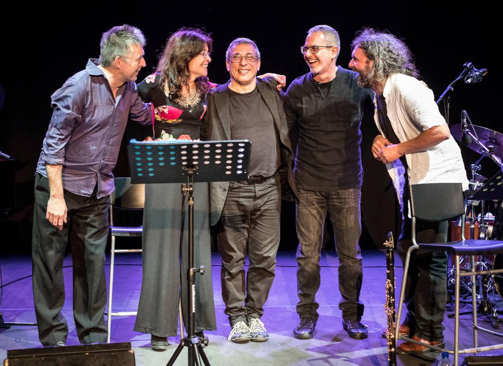 Da sinistra: Huw Warren (pianoforte), Maria Pia de Vito (voce), Gabriele Mirabassi (clarinetto), Roberto Taufic (chitarra) e Roberto Rossi (percussioni)