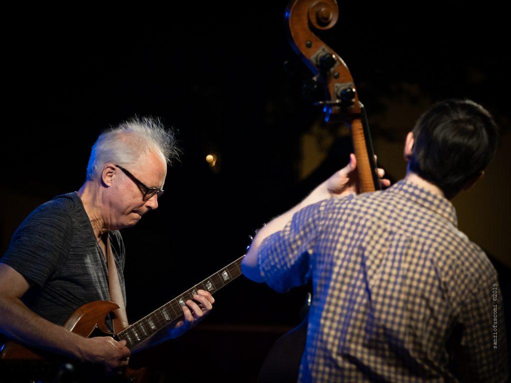 Bill Frisell (di spalle Thomas Morgan), foto di Sanzio Fusconi