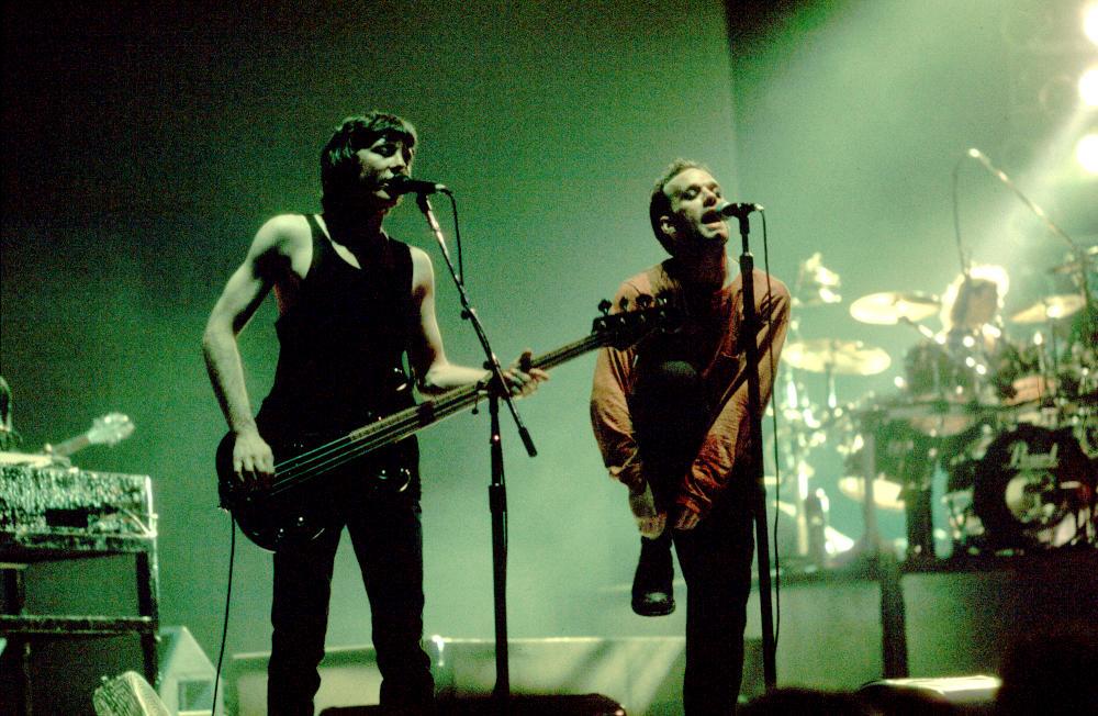 Mike Mills e Michael Stipe sul palco della Carver Hawkeye Arena ad Ames, Iowa, il 10 marzo 1989 (foto di Paul Natkin)