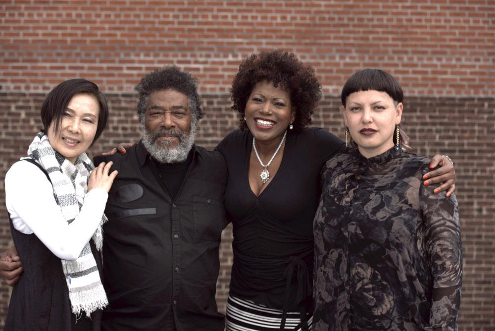 Wadada Leo Smith assieme alle Diamond Voices: da sinistra, Min Xiao-Fen, Karen Parks e Carmina Escobar.