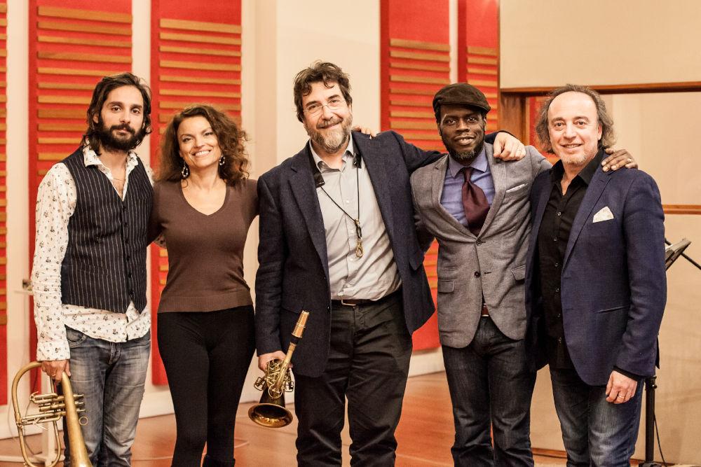 Da sinistra: Dino Rubino, Roberta Gambarini, Emanuele Cisi, Greg Hutchinson, Rosario Bonaccorso (foto di Alessandro Talarico)
