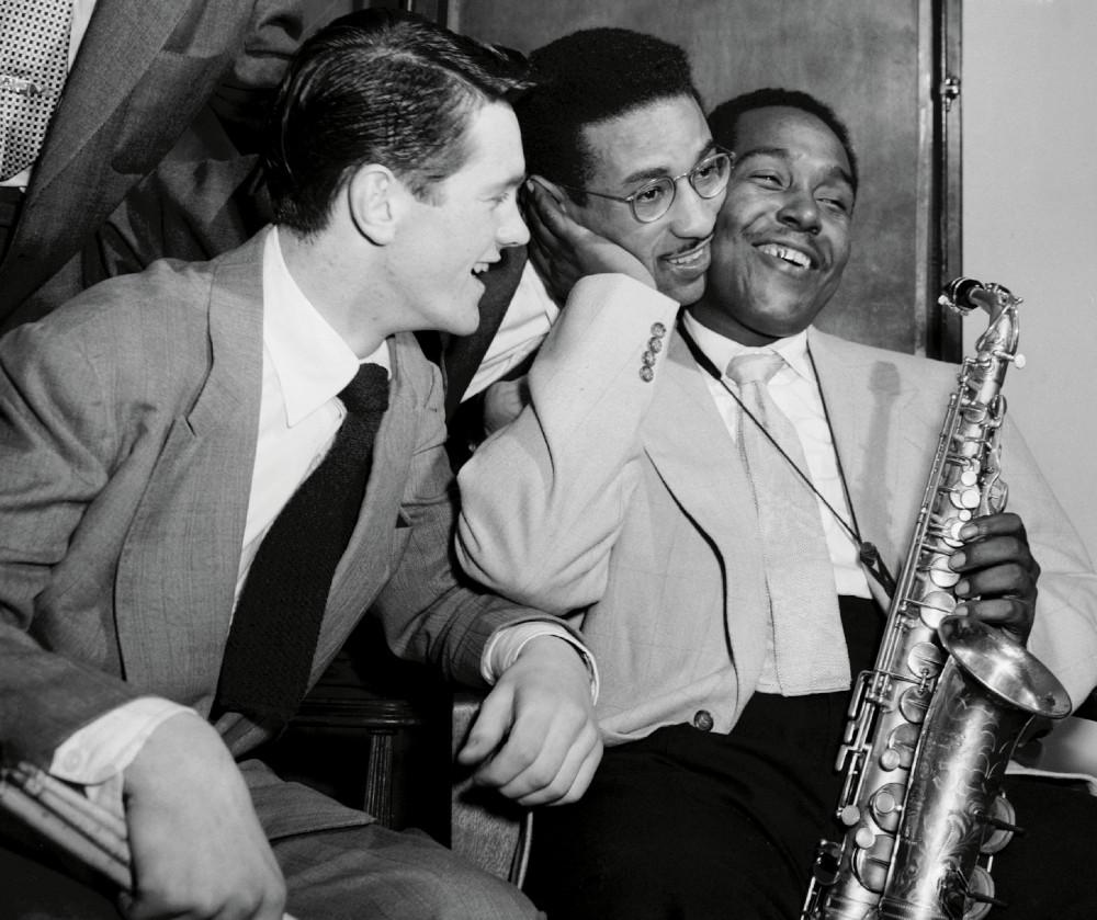 Il batterista svedese Sven Bolheim osserva un gesto affettuoso di Charlie Parker verso Max Roach (Parigi, 1949).